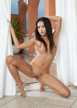 Naked Indian Girlfriend Lara – Pissing Pictures