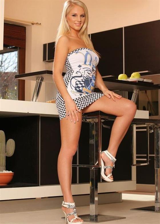 Classic Estonian escort model in UAE Dinner date - 8