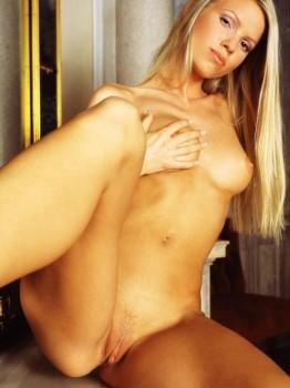 Naked Scandinavian Dubai Escort Lady Pissing Images UAE